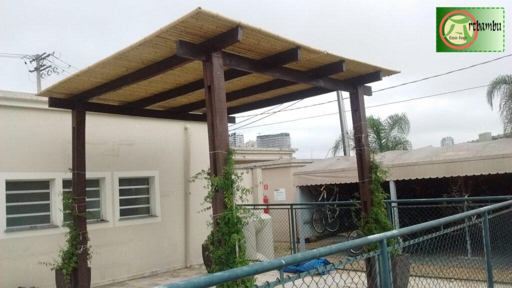 Read more about the article Cobertura com bambu em policarbonato