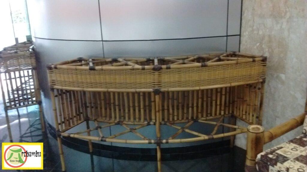 Balcão curvado com bambu decorativo