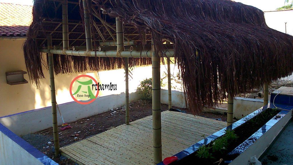 Read more about the article Pérgola com piso de bambu e telhado de piaçava