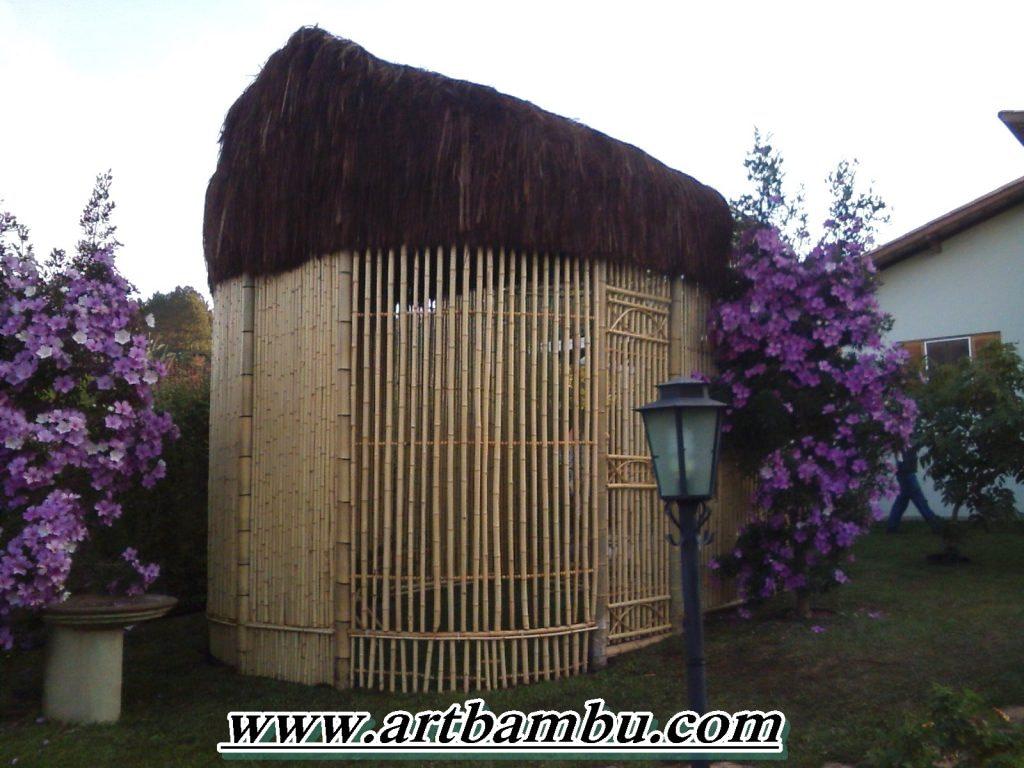 Viveiro de pássaros com telhado de piassava e bambu