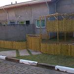 pérgola de bambu no jardim