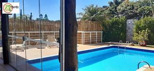 Read more about the article Cerca de bambu no parapeito da piscina.