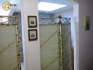 Read more about the article Uma linda divisória de sala de bambu com palha.