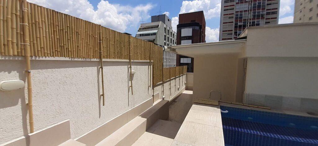 cerca de bambu em cima de um muro